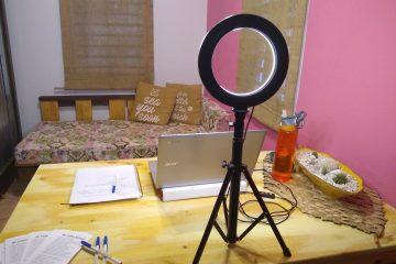 laptop, notas, luz, y agua en mesa